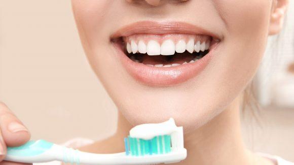 A duhet t'i lash dhëmbët çdo natë para se të flesh? Specialistët përgjigjen